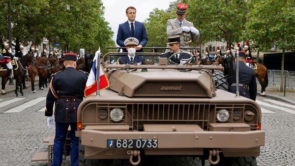 Президент Франции Эмманюэль Макрон и генерал Франсуа Лекуантр на параде в День взятия Бастилии  - Sputnik Polska