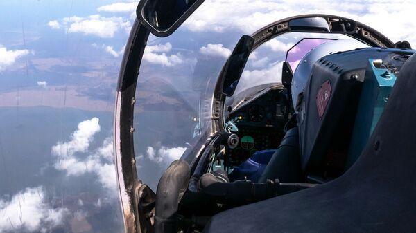 Pilot w kokpicie myśliwca wielozadaniowego Su-27 - Sputnik Polska