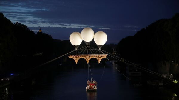 Инсталляция француза Оливье Гроссетета висящий в воздухе на воздушных шарах мост над римской рекой Тибр - Sputnik Polska