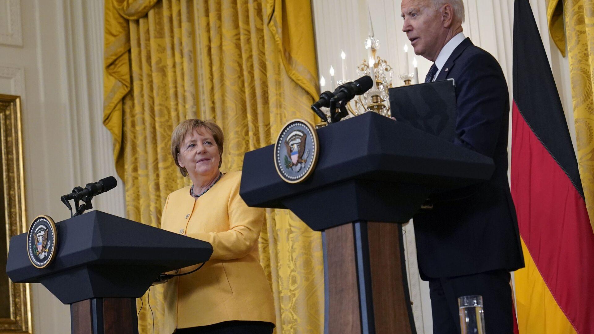 Prezydent USA Joe Biden i kanclerz Niemiec Angela Merkel na wspólnej konferencji prasowej w Waszyngtonie. - Sputnik Polska, 1920, 17.07.2021