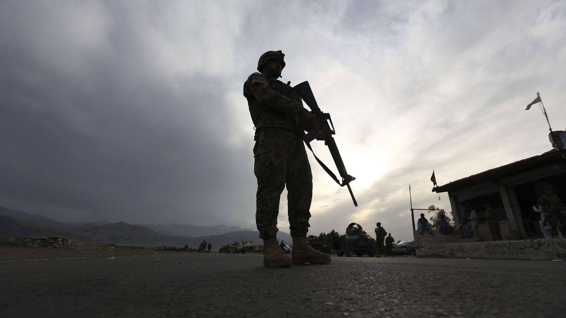 Żołnierz afgańskiej armii narodowej stoi na straży blokady na autostradzie Dżalalabad-Kabul, Lagman - Sputnik Polska, 1920, 15.08.2021
