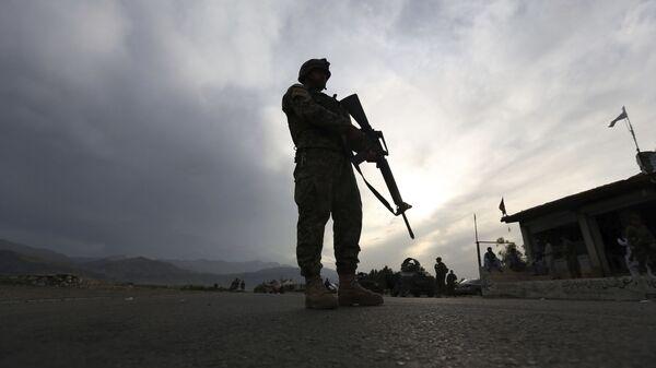 Солдат Афганской национальной армии стоит на страже блокпоста на шоссе Джелалабад-Кабул, Лагман  - Sputnik Polska