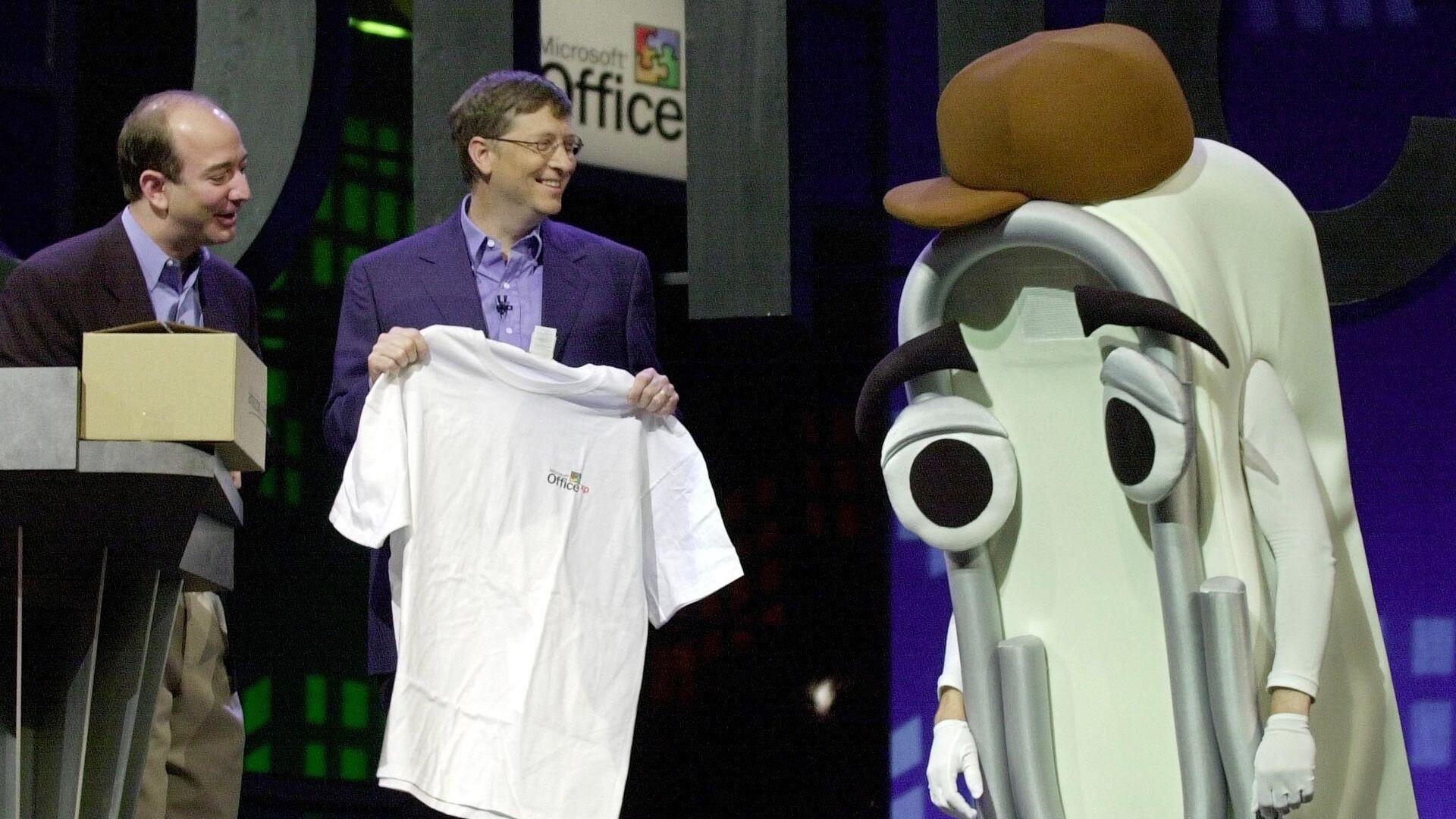 Założyciel Microsoftu, Bill Gates, wręcza koszulkę osobie ubranej w kostium spinacza do papieru-asystenta Microsoft Office spinacza do papieru. - Sputnik Polska, 1920, 16.07.2021