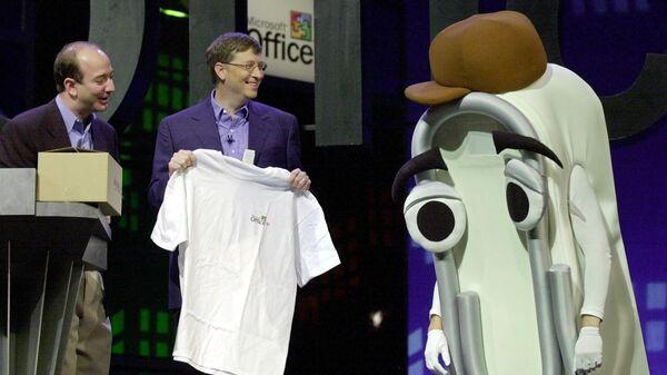 Основатель Microsoft Билл Гейтс дарит футболку человеку, одетому в костюм скрепки-помощника Microsoft Office Скрепыша - Sputnik Polska