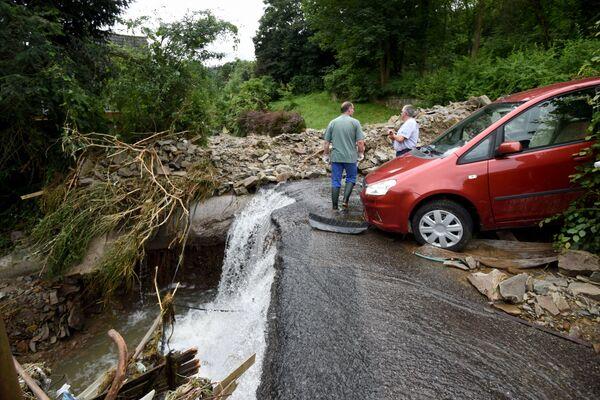 Dwóch mężczyzn stoi w gruzach po tym, jak powodzie spowodowały poważne szkody w Hagen w zachodnich Niemczech 15 lipca 2021 r.  - Sputnik Polska