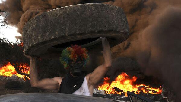 Палестинцы сжигают шины на демонстрации против расширения еврейского поселения Эвиатар на землях деревни Бейта на Западном берегу реки Иордан - Sputnik Polska