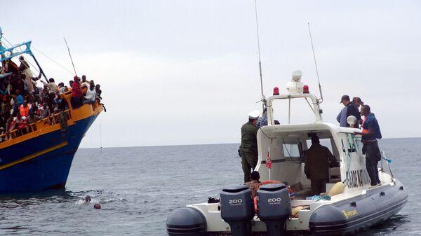 Береговая охрана Туниса со спасенными мигрантами из Ливии у берегов Туниса  - Sputnik Polska