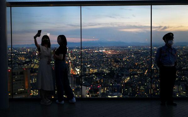 Zwiedzający planetarium Shibuya w Tokio. - Sputnik Polska