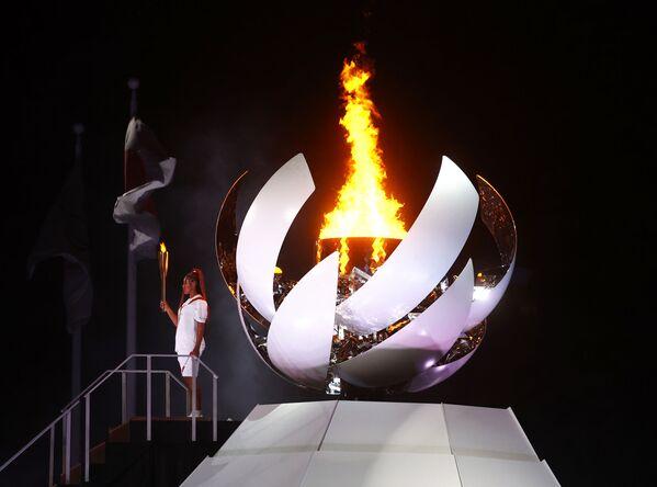 Ceremonia Otwarcia Igrzysk Olimpijskich w Tokio 2020 Naomi Osaka z Japonii trzyma znicz olimpijski. - Sputnik Polska