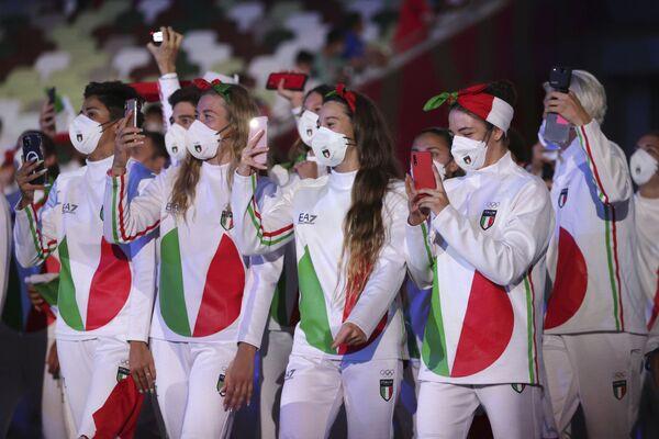 Włoscy sportowcy podczas ceremonii otwarcia na Stadionie Olimpijskim na Letnich Igrzyskach Olimpijskich 2020. - Sputnik Polska