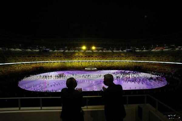 Wysoki Komisarz ONZ ds. Uchodźców Filippo Grandi (R) rozmawia z dyrektorem generalnym Światowej Organizacji Zdrowia (WHO) Tedrosem Adhanomem podczas ceremonii otwarcia Igrzysk Olimpijskich Tokio 2020 na Stadionie Olimpijskim.  - Sputnik Polska
