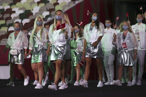 Członkowie reprezentacji Łotwy podczas ceremonii otwarcia na Stadionie Olimpijskim na Letnich Igrzyskach Olimpijskich 2020. - Sputnik Polska