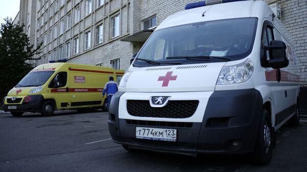 Автомобили скорой помощи у здания Центральной городской больницы в городе Горячий Ключ - Sputnik Polska