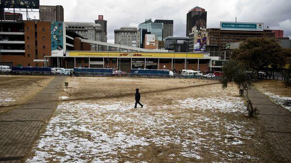 Мужчина гуляет по заснеженному парку в Йоханнесбурге, ЮАР - Sputnik Polska