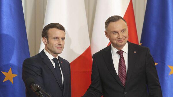 Президент Франции Эммануэль Макрон и президент Польши Анджей Дуда пожимают друг другу руки после совместной пресс-конференции в президентском дворце в Варшаве, 2020 год - Sputnik Polska