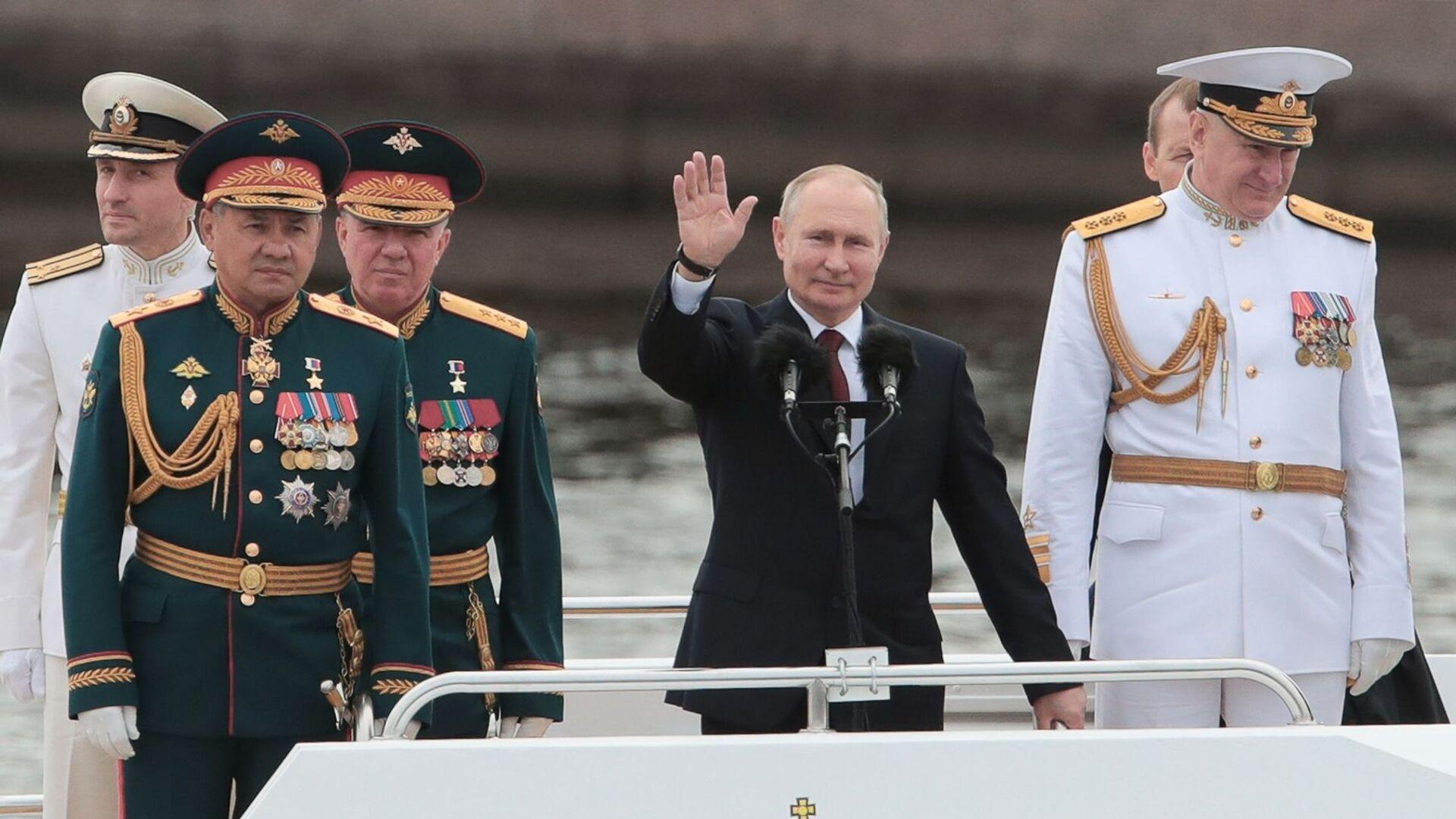 Władimir Putin na Paradzie Marynarki Wojennej Rosji 2021 - Sputnik Polska, 1920, 25.07.2021