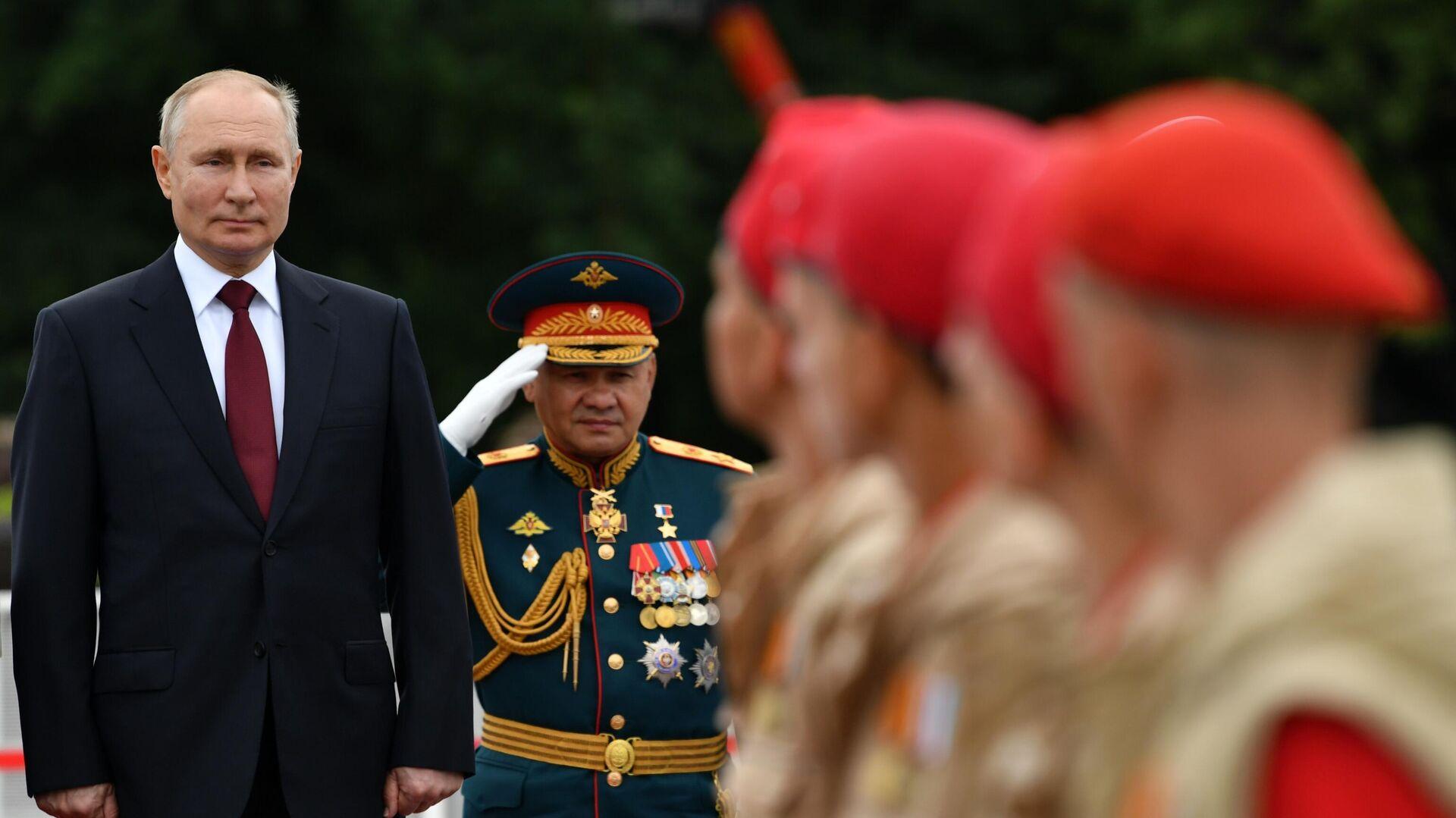 Władimir Putin otwiera paradę z okazji Dnia Marynarki Wojennej  - Sputnik Polska, 1920, 25.07.2021