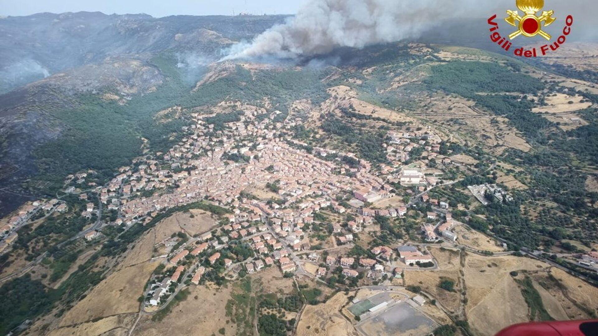 Widok z helikoptera na pożar lasu na Sardynii, Włochy - Sputnik Polska, 1920, 25.07.2021
