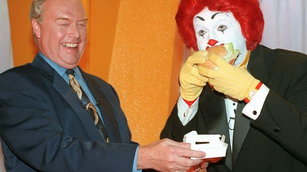 Майкл Роберт Куинлан смеется, когда Рональд Макдональд ест новый гамбургер Arch Deluxe, представленный во время пресс-конференции, США - Sputnik Polska