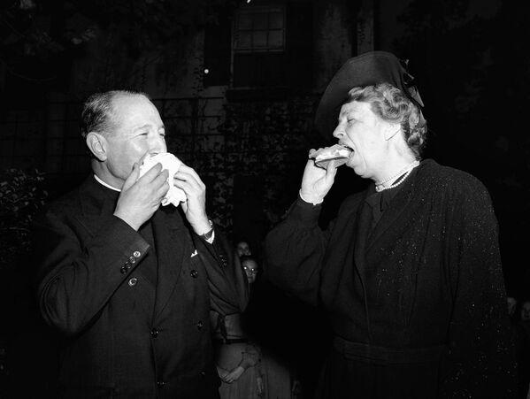 Eleanor Roosevelt degustuje hamburgera, 1941 rok. - Sputnik Polska