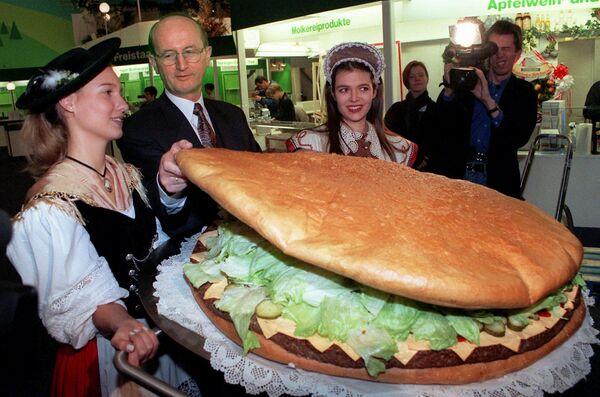 Gigantyczny hamburger, zrobiony w Niemczech w  1997 roku.  - Sputnik Polska