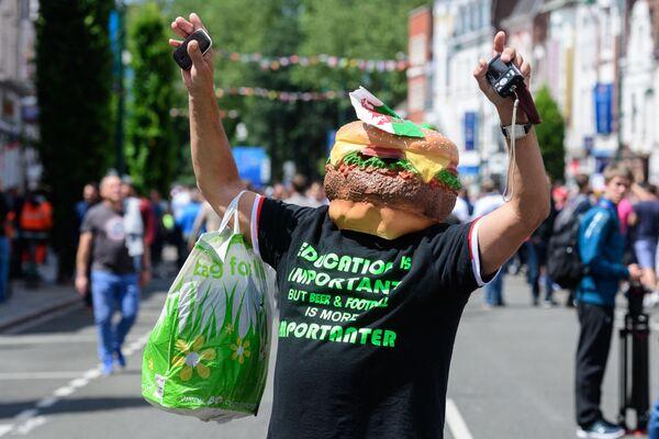 Mężczyzna w masce hamburgera. - Sputnik Polska