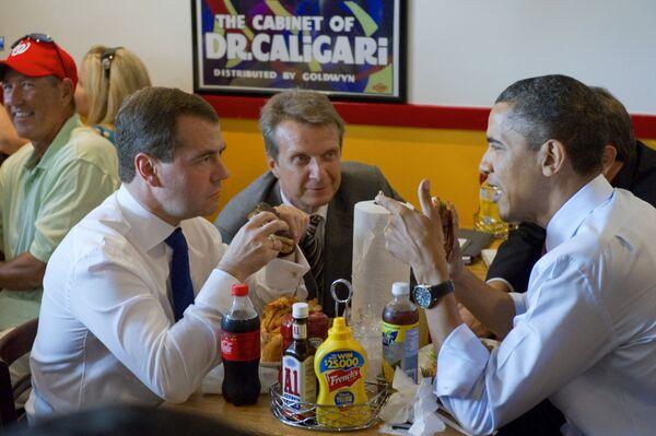 Dmitrij Miedwiediew i Barack Obama podczas śniadania w restauracji  Ray's Hell Burger. - Sputnik Polska