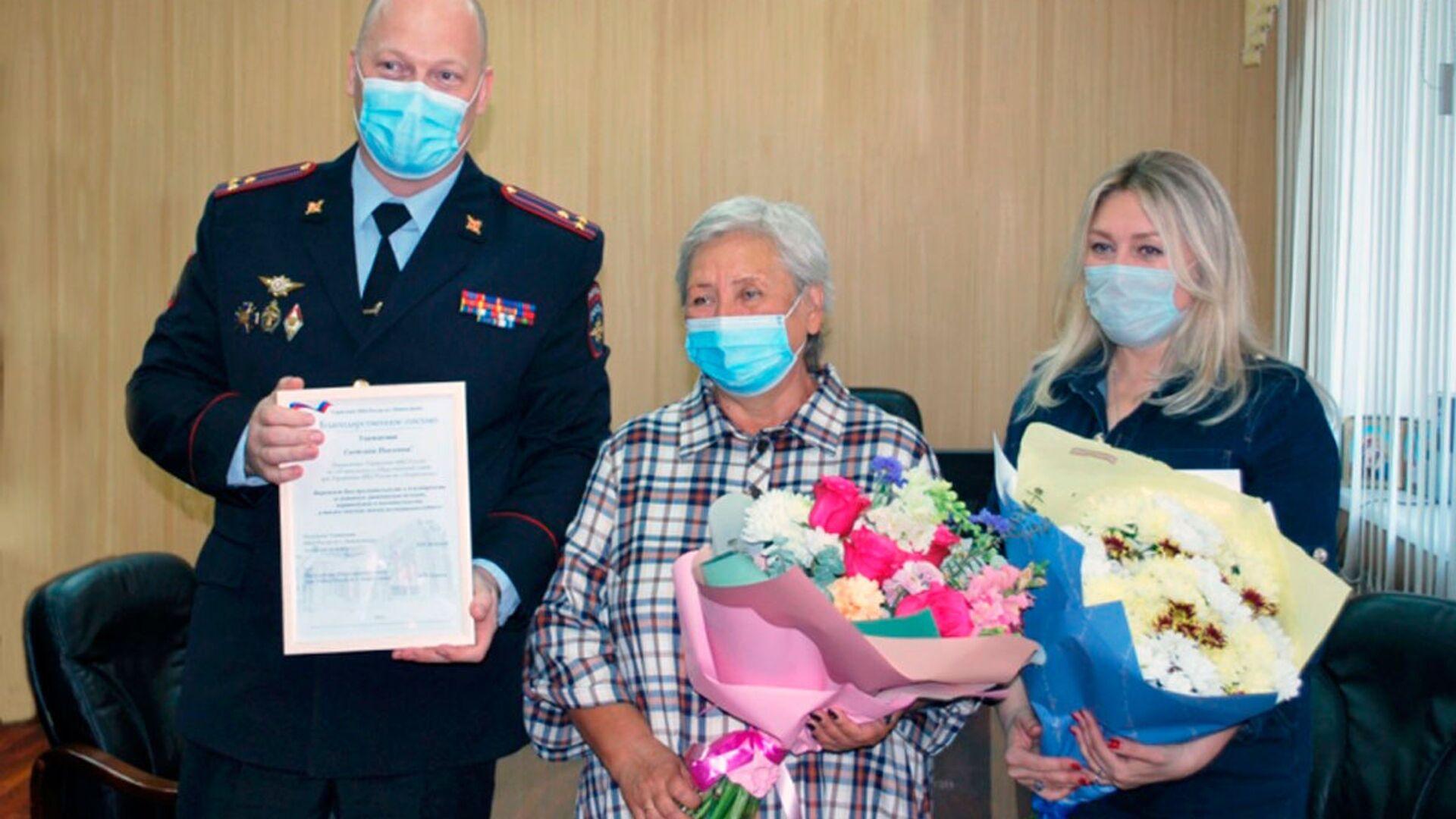 Nagroda dla Swietłany Sanarowej z Nowokuźniecka, która uratowała dziecko, które wypadło z okna - Sputnik Polska, 1920, 27.07.2021