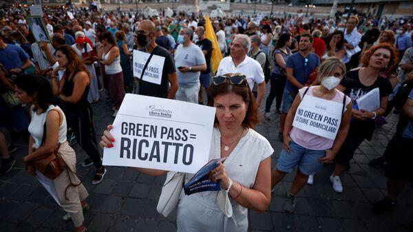 Протестующие с плакатами протест против Green Pass в Риме, Италия - Sputnik Polska