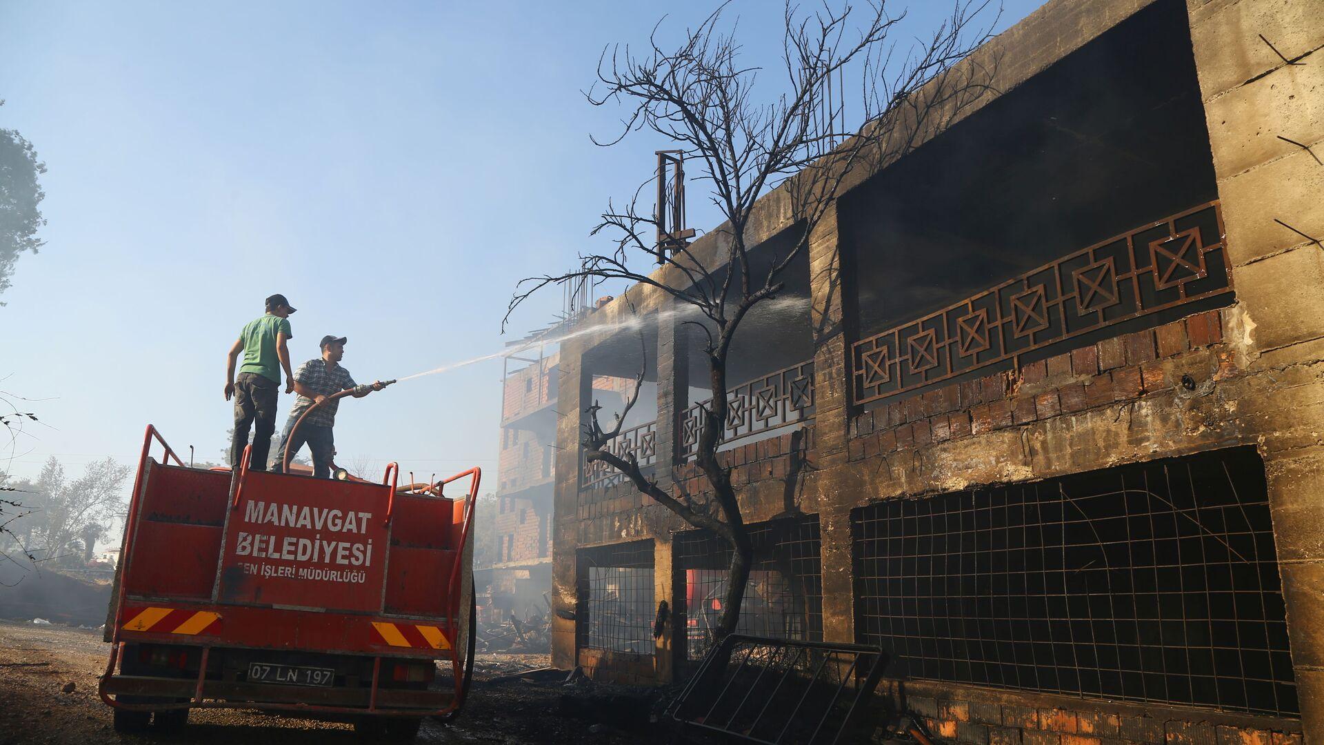 Пожарные охлаждают сгоревший в результате лесного пожара дом в Манагавте, Турция  - Sputnik Polska, 1920, 30.07.2021