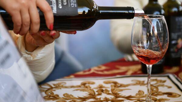 Бармен наливает вино в бокал - Sputnik Polska