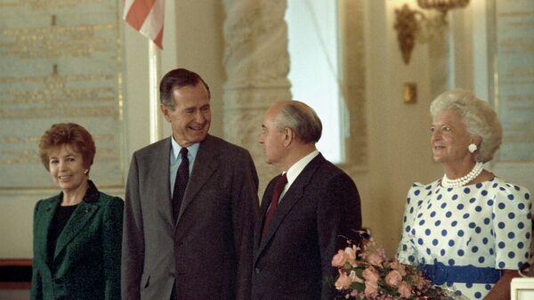 Президент США Джордж Буш и президент СССР Михаил Горбачев с супругами в Кремле, 1991 год - Sputnik Polska