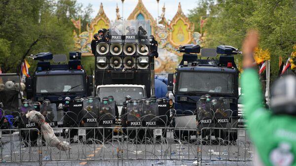 Полциия во время протестов в столице Таиланда Бангкоке - Sputnik Polska