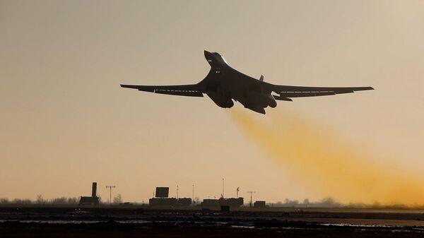 Учебно-боевой вылет стратегического ракетоносца Ту-160 с аэродрома Энгельс-2 - Sputnik Polska