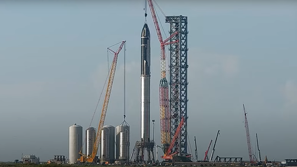 Сборку двухступенчатого многоразового носителя Starship на космодроме в Техасе - Sputnik Polska