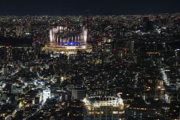 Fajerwerki oświetlają Stadion Narodowy podczas ceremonii zamknięcia Igrzysk Olimpijskich w Tokio 2020 - Sputnik Polska
