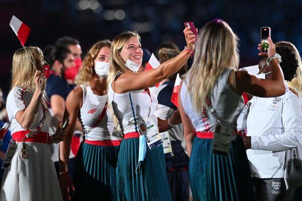 Członkowie polskiej reprezentacji robią zdjęcia podczas ceremonii zamknięcia Igrzysk Olimpijskich Tokio 2020 na Stadionie Olimpijskim w Tokio 8 sierpnia 2021 r. - Sputnik Polska