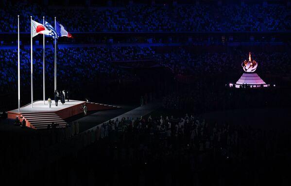Podniesione flagi Japonii, Grecji i Francji podczas ceremonii zamknięcia XXXII Letnich Igrzysk Olimpijskich w Tokio. - Sputnik Polska