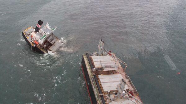 Утечка топлива из-за севшего на мель судна в районе порта Хатинохэ  - Sputnik Polska