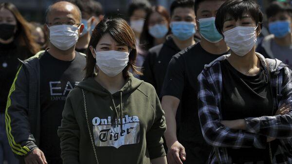 Люди в масках на улице в Пекине - Sputnik Polska