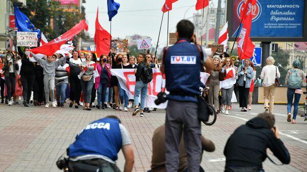 Фотографы снимают участниц протестной акции женщин в Минске - Sputnik Polska