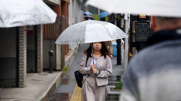 Девушка с зонтом на одной из улиц Токио - Sputnik Polska