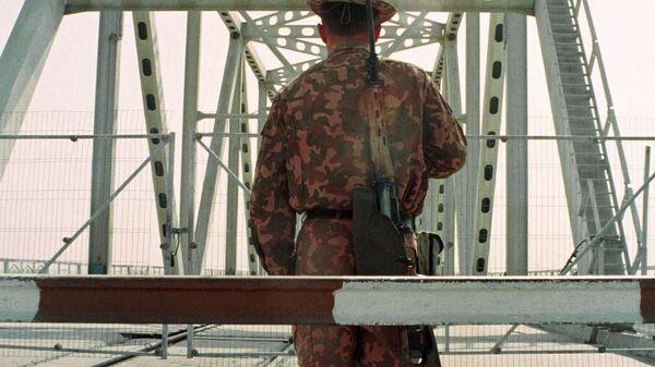Узбекский пограничник на границе с Афганистаном у города Термез - Sputnik Polska