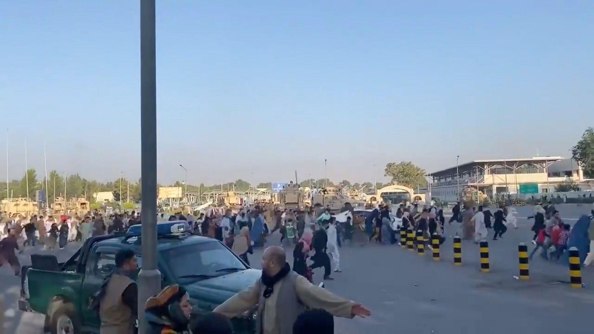 Tłum biegnie do terminalu lotniska w Kabulu po tym, jak bojownicy Taliban* przejęli kontrolę nad pałacem prezydenckim  - Sputnik Polska, 1920, 16.08.2021