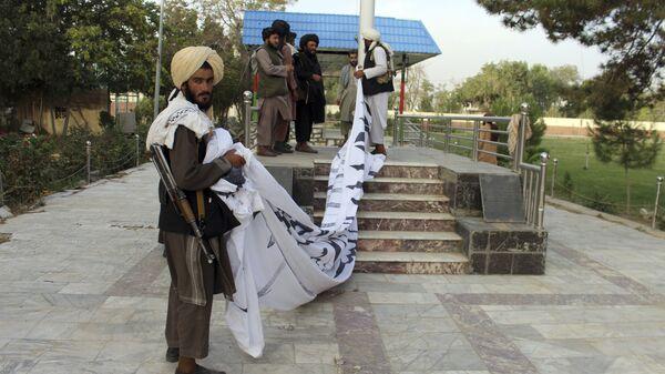 Боевики Талибан* поднимают свой флаг в городе Газни  - Sputnik Polska