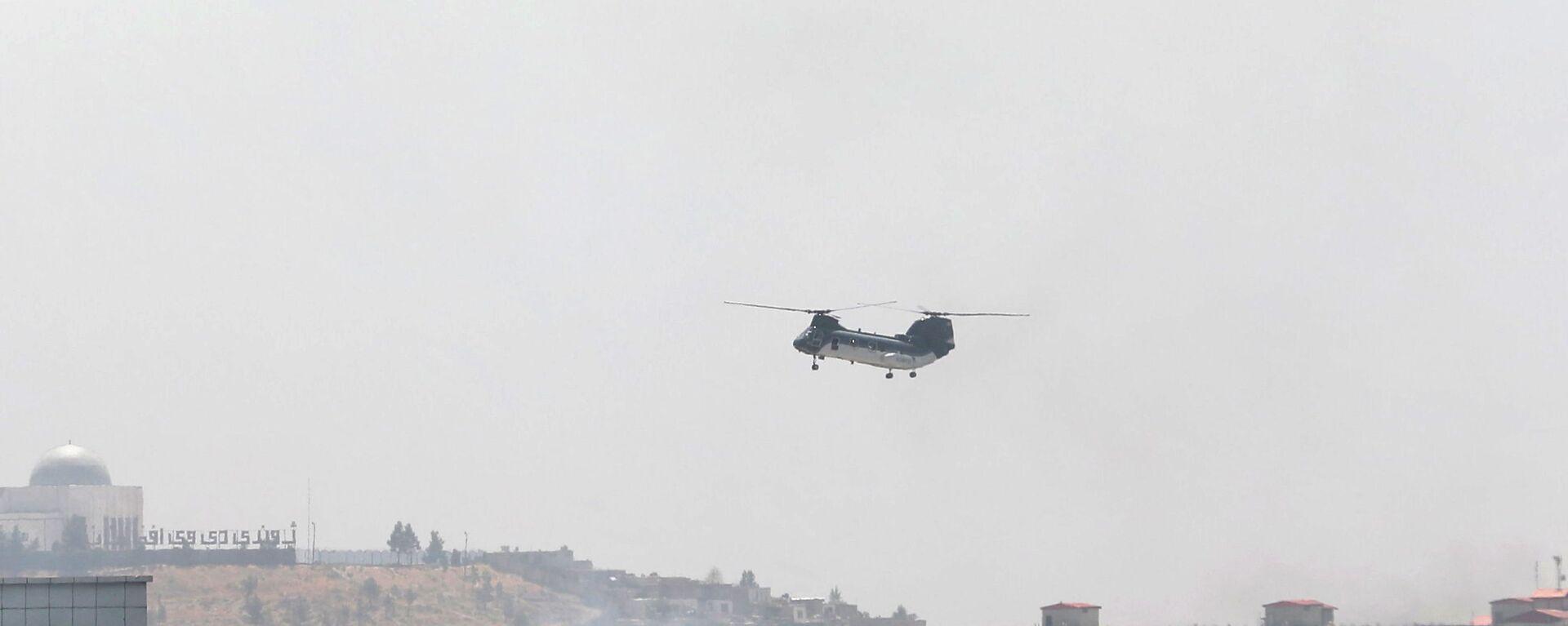Śmigłowiec wojskowo-transportowy CH-46 Sea Knight przelatuje nad Kabulem, Afganistan, 15 sierpnia 2021 roku. - Sputnik Polska, 1920, 17.08.2021