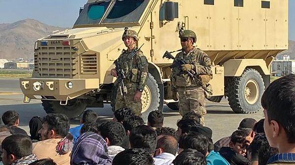 Афганские жители напротив американских солдатов в аэропорту Кабула  - Sputnik Polska