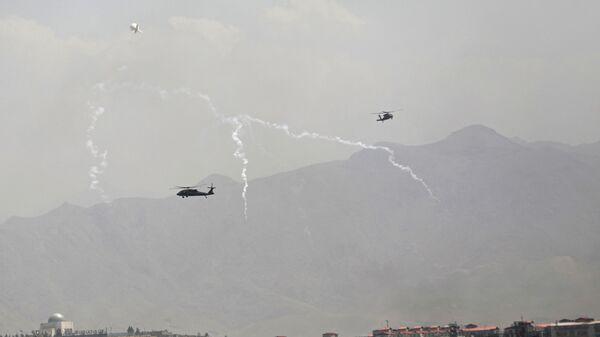 Американские военные вертолеты Black Hawk во время полета над Кабулом  - Sputnik Polska
