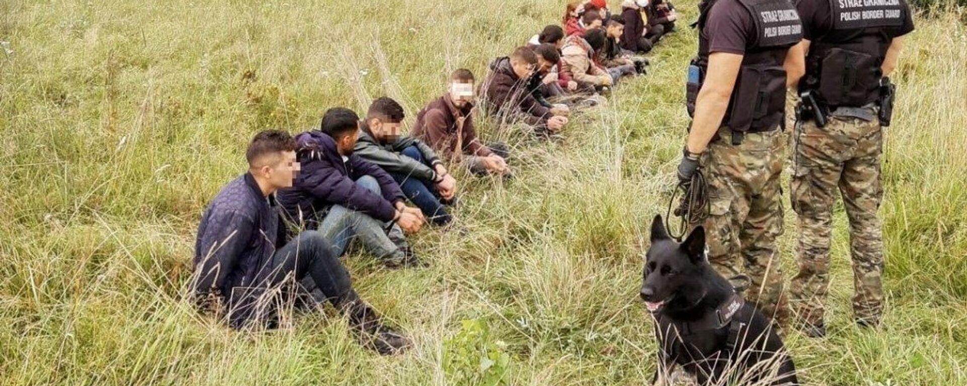 Polska Straż Graniczna i grupa migrantów przy granicy z Białorusią - Sputnik Polska, 1920, 23.08.2021
