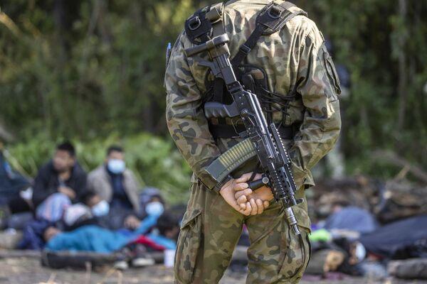 Polska Straż Graniczna pilnuje migrantów na granicy z Białorusią. Usnarz Górny, 20 sierpnia 2021 roku. - Sputnik Polska